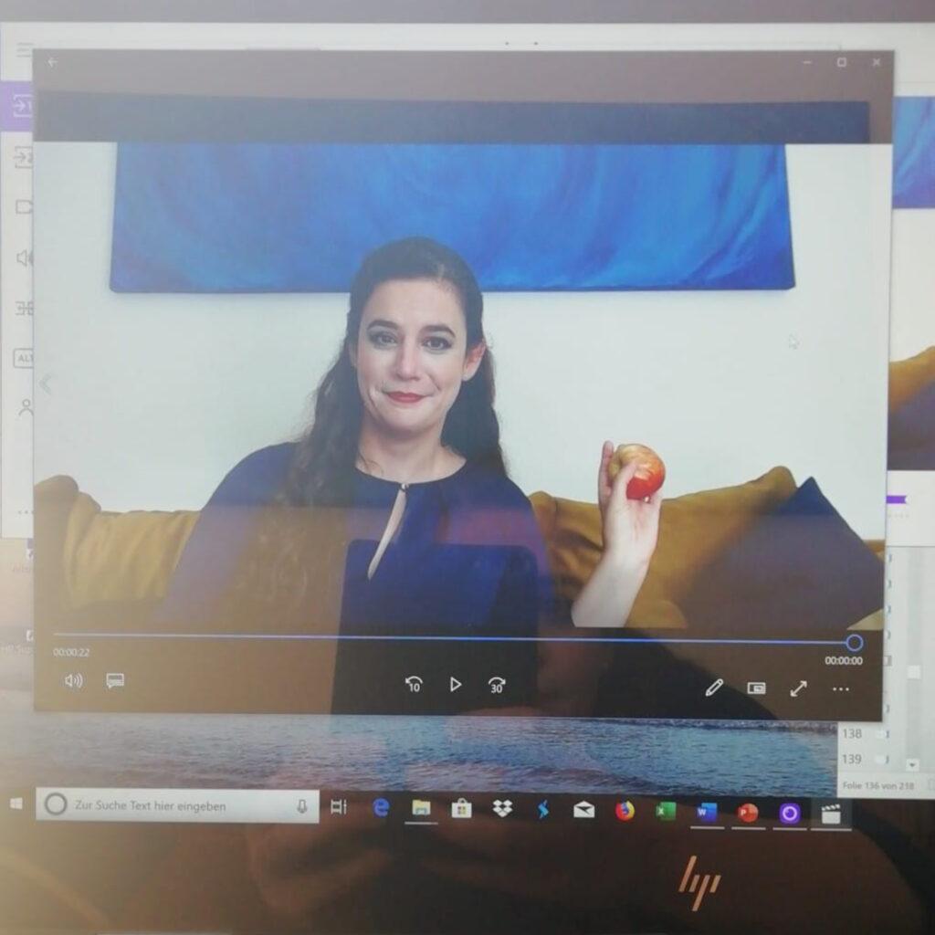 Foto von Hanna Aden in einem Laptop-Monitor